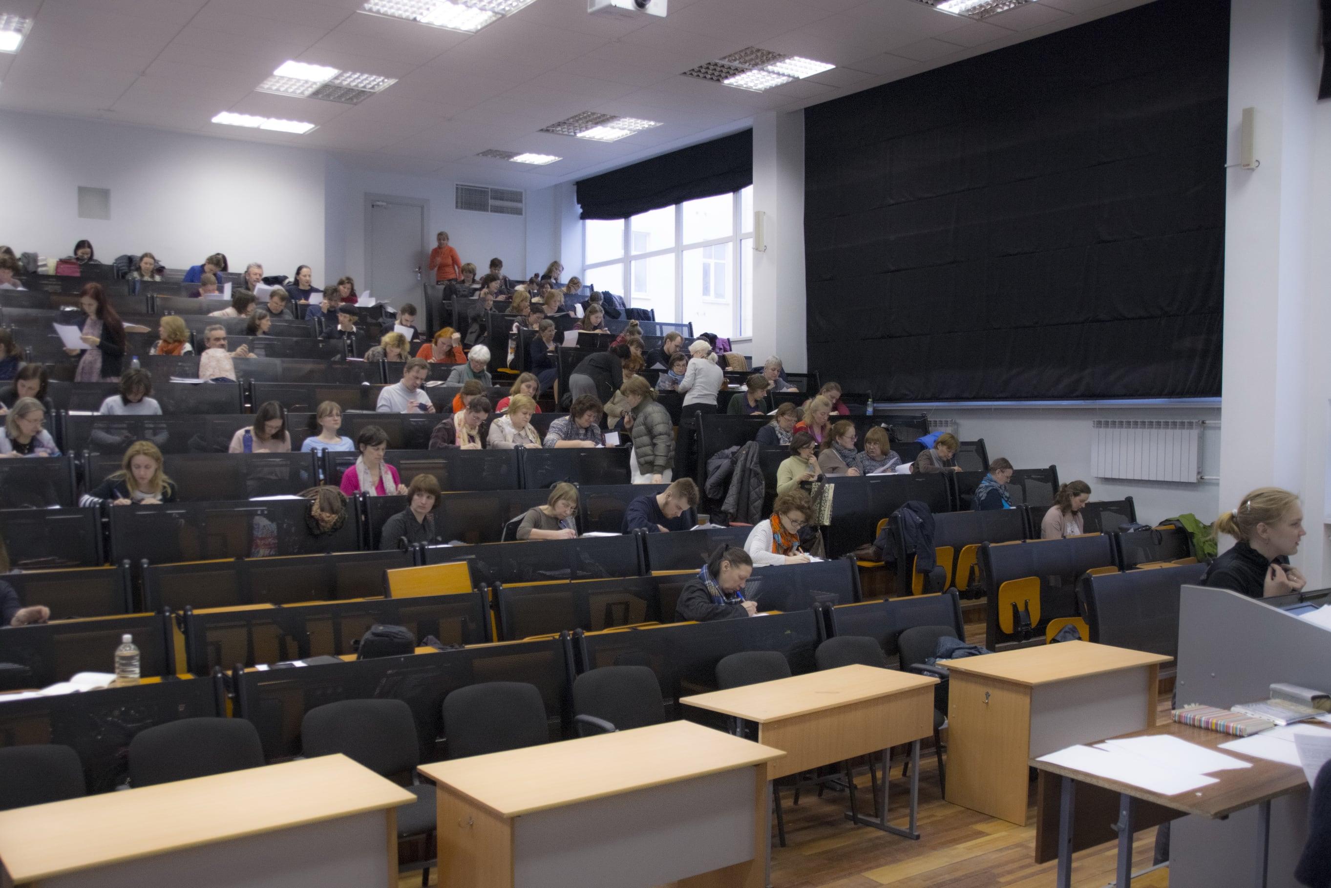В феврале проводится набор гидов, в марте и апреле они занимаются на подготовительных курсах, сдают экзамен...