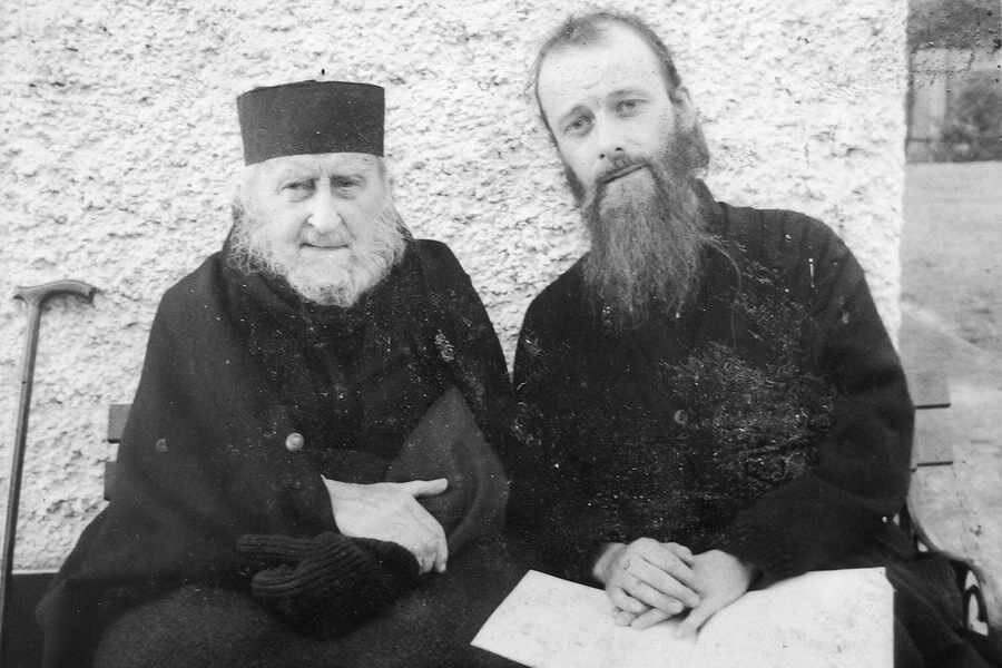 Старец Софроний (Сахаров) с духовным чадом схиигуменом Серафимом (Барадель-Покровским).