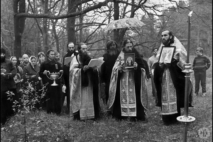 Мощи старца Антипы были обретены в мае 1991 года, после того как наместник обители игумен Андроник (Трубачев) с братией совершил панихиду по старцу. Фото: А. Рощин.